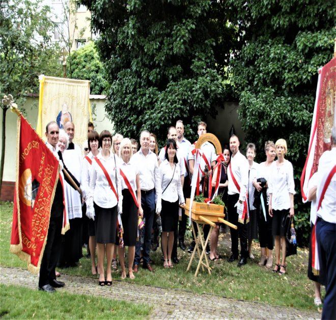 Członkowie OZ SKKBA-u z feretronem św. Andrzeja Boboli po procesji Bożego Ciała 2019r.